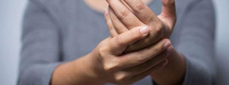 Sentir a mão formigar com frequência pode ser sinal de 7 doenças