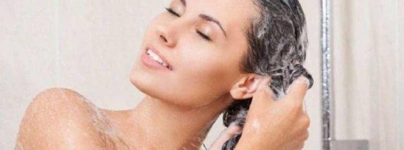 Lavar o cabelo todo dia é bom ou ruim? Saiba o que pode ou não danificar os fios