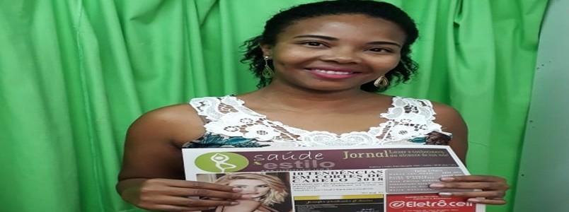 Polly Garçons recebe sua edição do jornal Saúde e Estilo