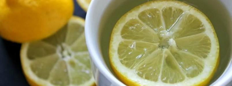 7 benefícios da água morna com limão todas as manhãs