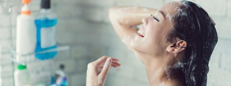 Shampoo sem sulfato, silicone e parabenos: como aderir às fórmulas leves?
