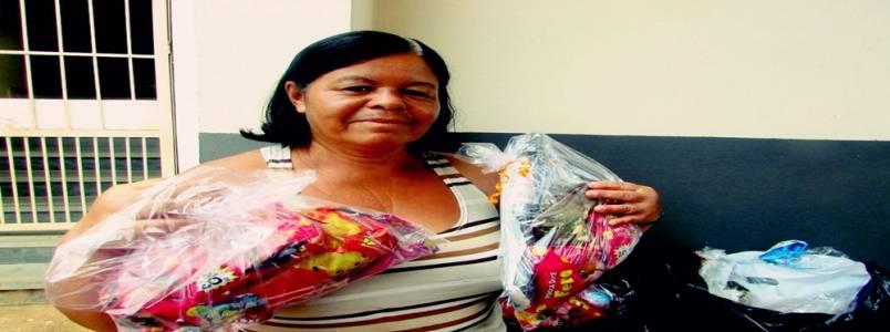 Itabirana, há sei anos, entrega presentes para filhos de presos, em Itabira, MG