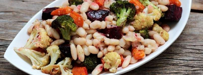 Salada de feijão branco com vegetais assados