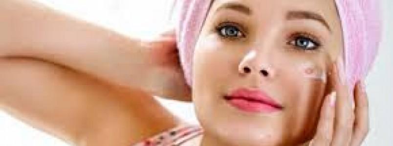 Adultas e com acne: problema comum na adolescência também atinge mais velhas