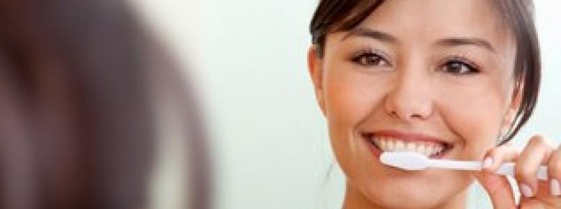Os erros mais comuns que as pessoas cometem na hora de escovar os dentes