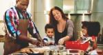Família unida na cozinha! Como ensinar os filhos a cozinhar de forma saudável e divertida