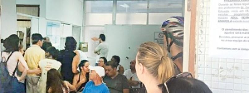 Procura por vacina da febre amarela cresce em BH e população enfrenta fila nos postos