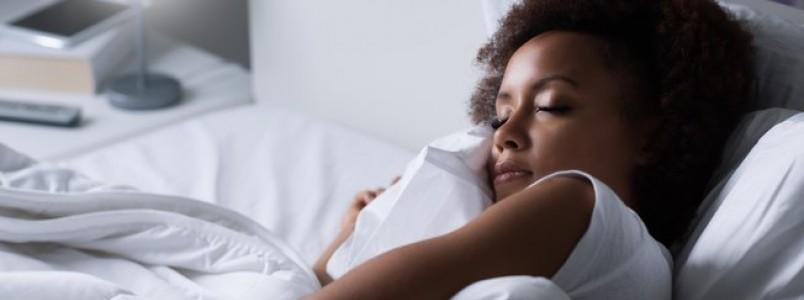 Dormir com luz acesa aumenta em até 14% chances de ter câncer de mama