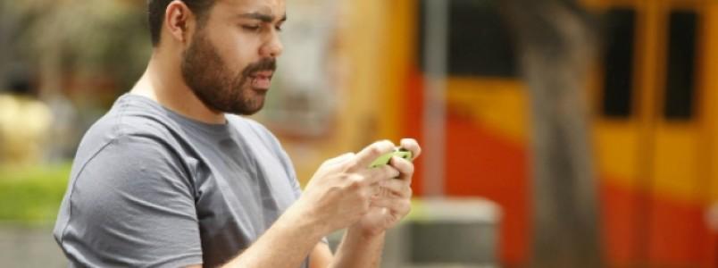 Uso inadequado do celular pode causar problemas na coluna