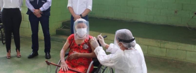Idosos e profissionais de saúde são vacinados no Norte de Minas; Zema acompanha imunização