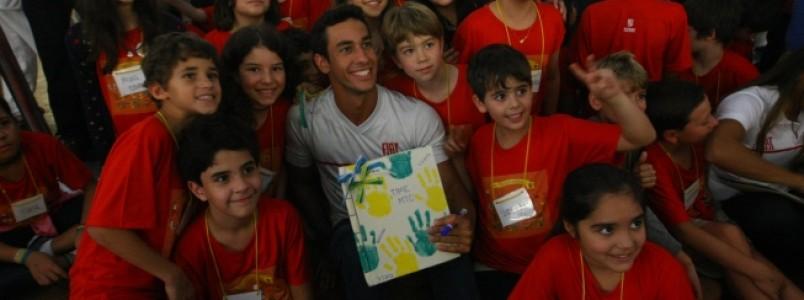 Antes de encarar as competições, atletas do Minas são homenageados por pequenos-grandes torcedores