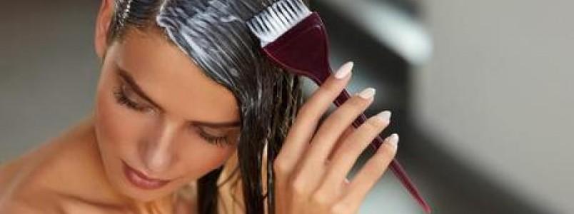 Saiba os cuidados para retocar ou pintar o cabelo em casa