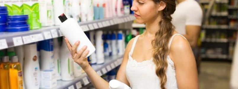 8 hábitos comuns que podem estar deixando o seu cabelo oleoso