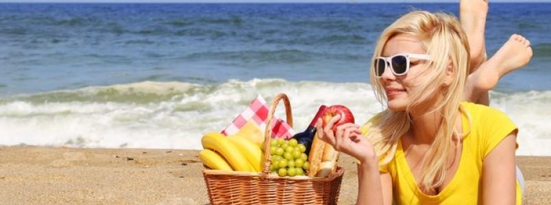 Lanches saudáveis no verão: o que comer na praia e não sabotar a dieta