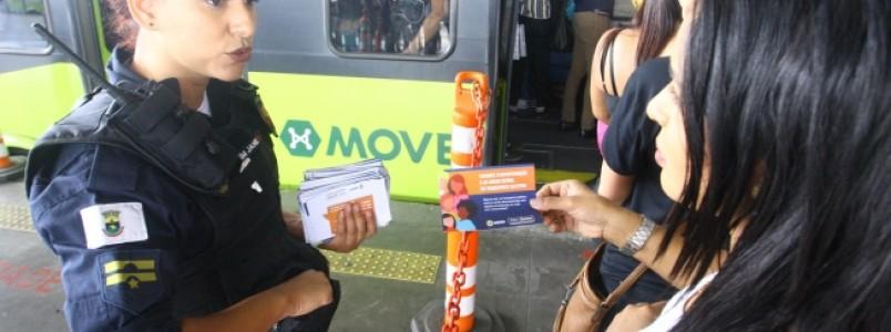 Apitos contra importunação sexual são distribuídos a passageiras na Estação São Gabriel